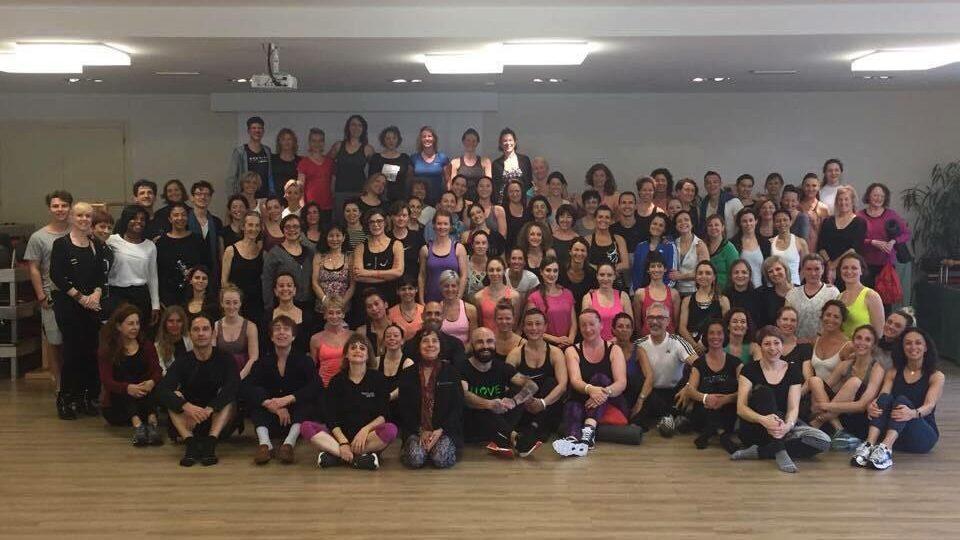 La grande famiglia degli istruttori Romana's Pilates ad un workshop di formazione.